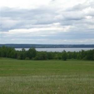 Участок 13 соток c видом на озеро в коттеджном поселке c коммуникациями (газ + электричество)